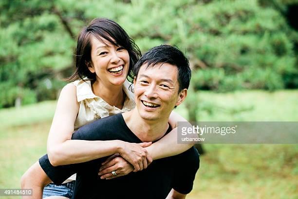 若いカップル、ピギーバックに、東京の代々木公園