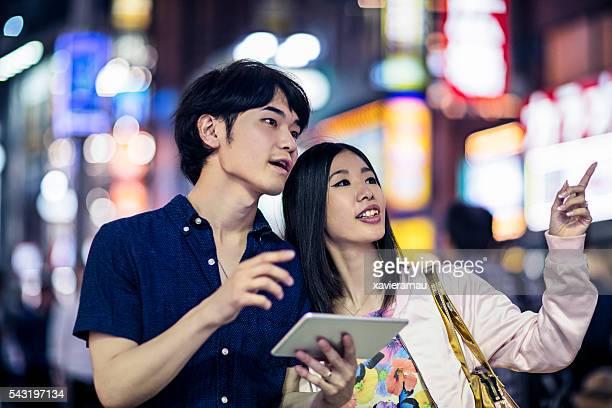 若い日本人夫婦デジタルタブレット東京を使用