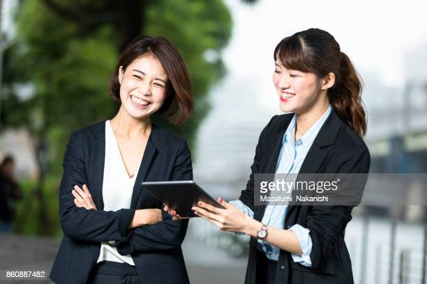 若い日本女性ビジネス リーダーと彼女のチーム