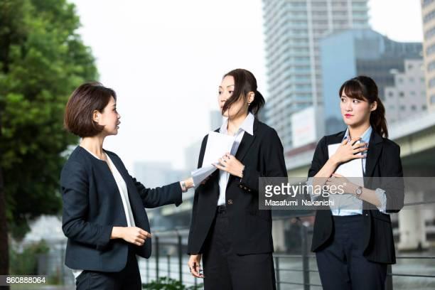 若い日本女性ビジネス リーダーと彼女のチーム - 説教 ストックフォトと画像