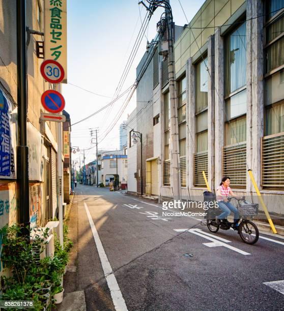 jovem japonesa feminina de ciclismo em takasaki rua de manhã cedo - gunma - fotografias e filmes do acervo