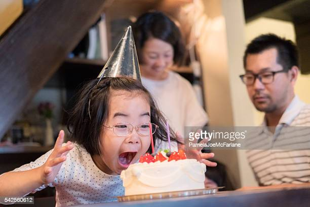 若い女性興奮をとケーキご家族のお誕生日