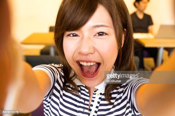 若い女性にポーズを取る日本の写真