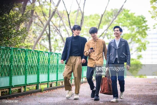 東京公園を歩いている若い日本人男性の友達 - 20代 ストックフォトと画像
