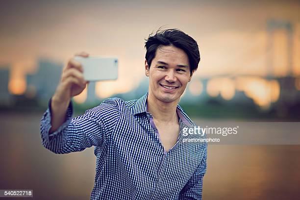 若い男性がセルフィを撮っている