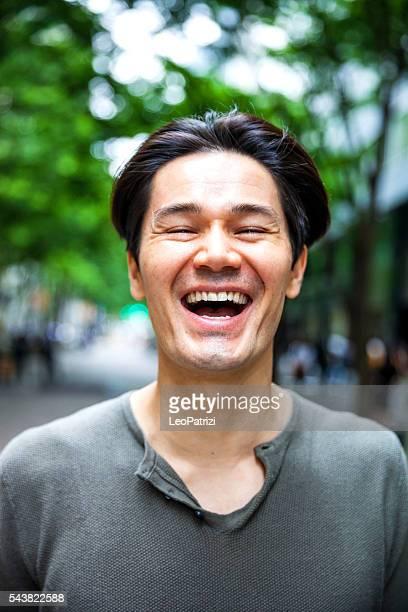 若い日本人男性にまとめられた東京の街中 - 大人のみ ストックフォトと画像