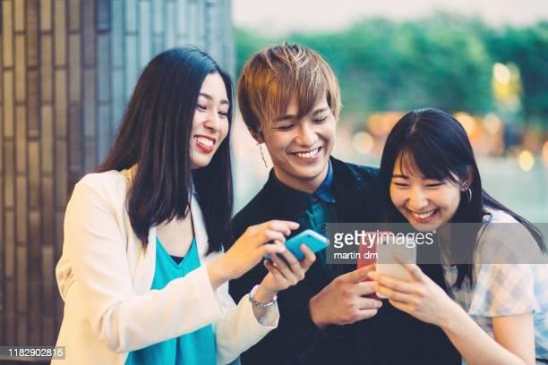 現代技術を楽しむ若い日本人 - enjoyment ストックフォトと画像
