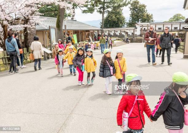 若い日本人学童金沢桜まつりを訪問