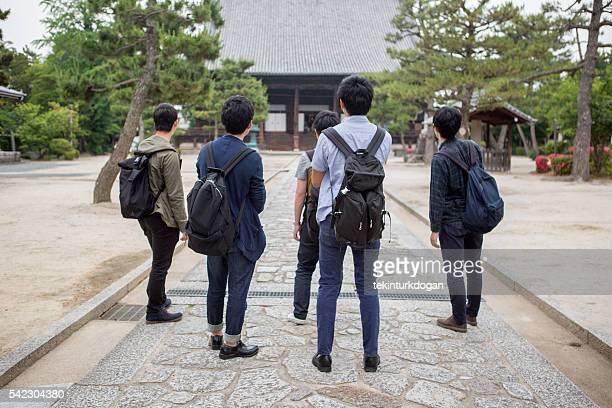 若い日本人学生訪れる寺院でご友人とご一緒に京都日本
