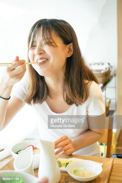 昼食を食べて、日本の若い女性
