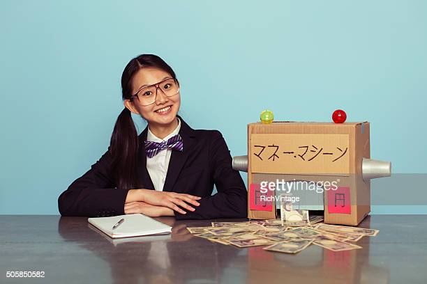 若い日本人女性のビジネススーツはマネー