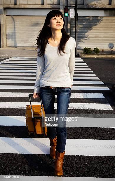 若い女性、スーツケース