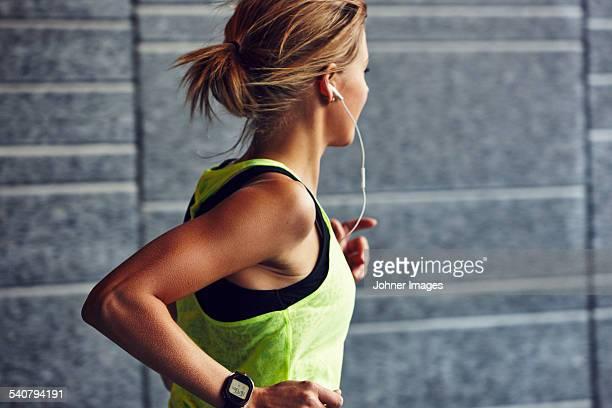 young jogger running - joggen stockfoto's en -beelden