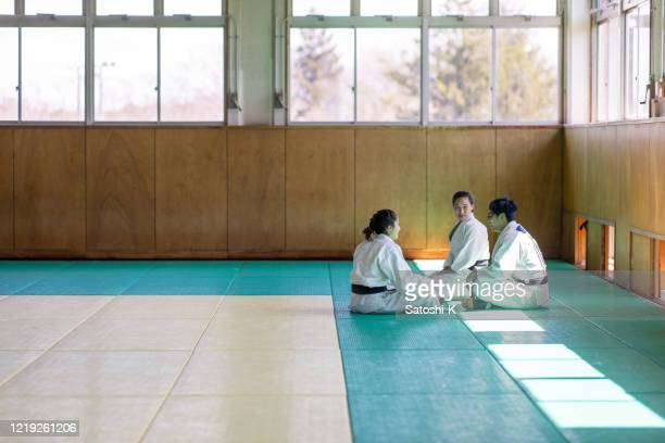 jeunes athlètes de judo faisant une pause à dojo - judo photos et images de collection