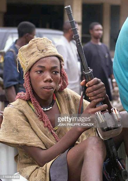 A young Kamajor traditional hunters who are siding with the West African peacekeeoing force ECOMOG holds his machine gun 07 January at Freetown...
