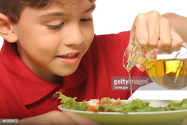 Joven niño disfruta de una saludable ensalada