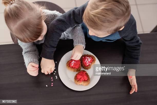 kinder glückliche kinder familie lustige kuchen küche nach hause vorbereiten - muttertag herz stock-fotos und bilder