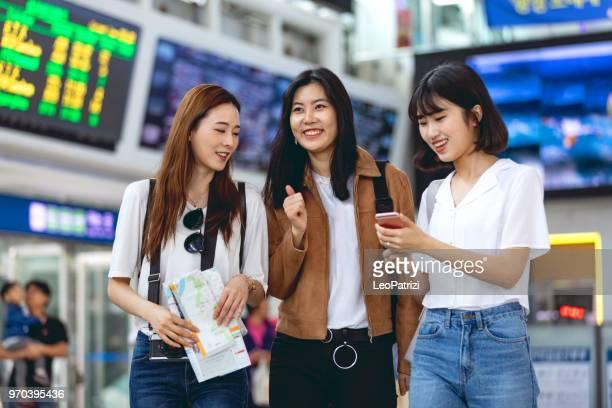 turistas coreanos jóvenes recién llegaron a la ciudad - corea del sur fotografías e imágenes de stock