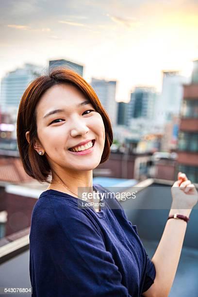 jovem mulher coreana retratados em seul, coreia do sul - coreia do sul - fotografias e filmes do acervo