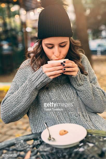 Junge Dame im Café