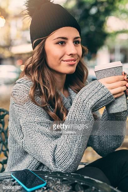 若い女性にカフェ