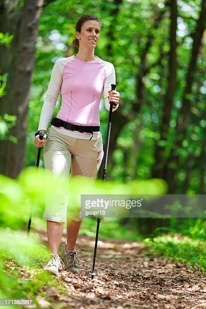 Junge Dame power-walking