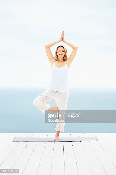 Junge Frau üben yoga im Freien