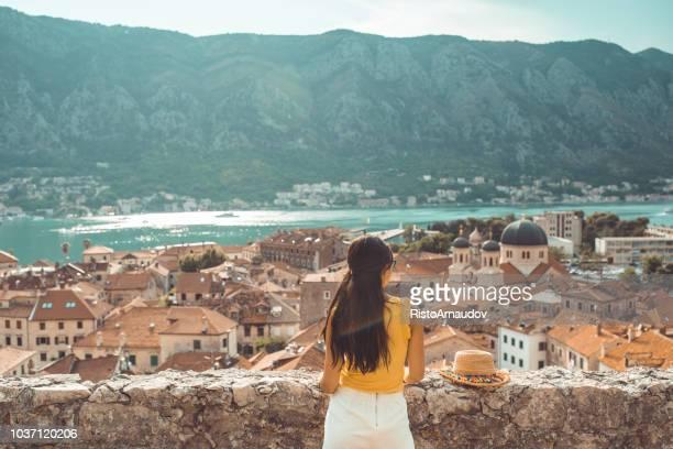 señora joven relajarse en sus vacaciones - croacia fotografías e imágenes de stock