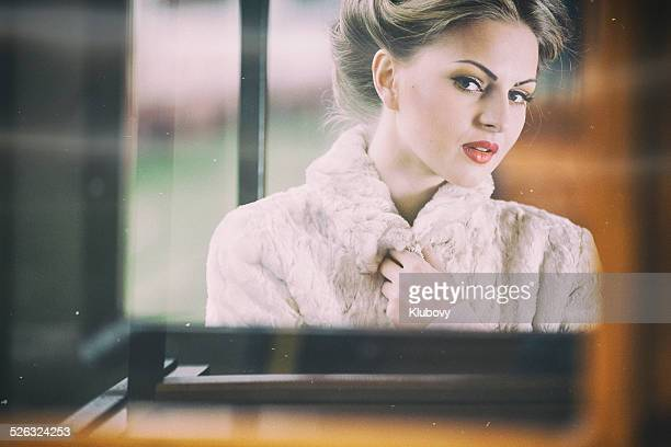 Jeune femme assise dans un wagon de train