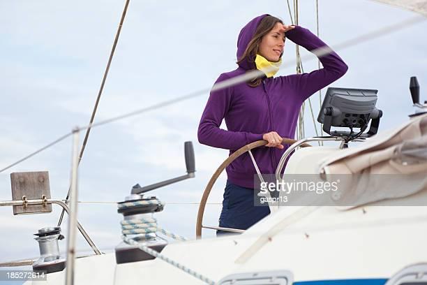 skipper Junge Frau hinter den helm