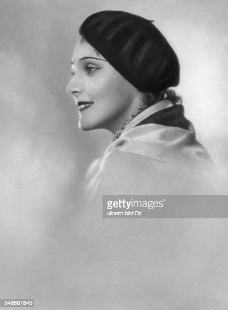 Young Lady with a beret Portrait sideface undated Photographer Mario von Bucovich Published by 'Berliner Illustrirte Zeitung' 49/1929 Vintage...