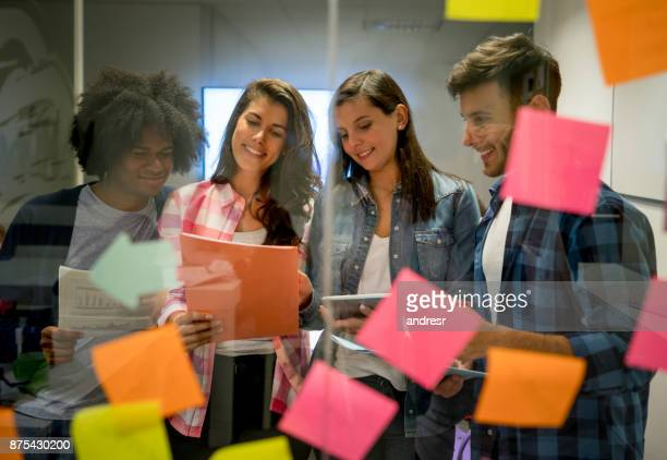 Junge lateinamerikanische Multi ethnischen Gruppe arbeiten an Ideen bei der Büro-Lächeln