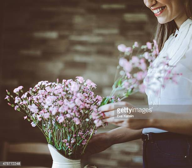 Junge Latin-Frau arrangieren Blumen