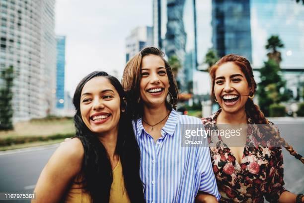 jovenlatina viajando juntas para una escapada urbana - mujeres mexicanas fotografías e imágenes de stock