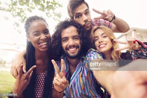 latino-jugendliche, die mit einem tag zusammen in kuba - public park stock-fotos und bilder