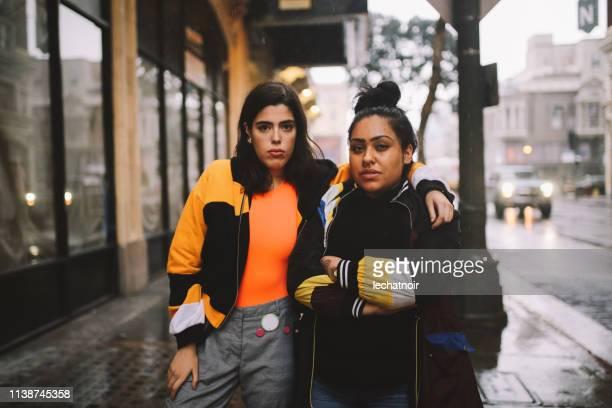 jeunes femmes latinx dans le centre-ville de los angeles - ados lesbiennes en couple photos et images de collection
