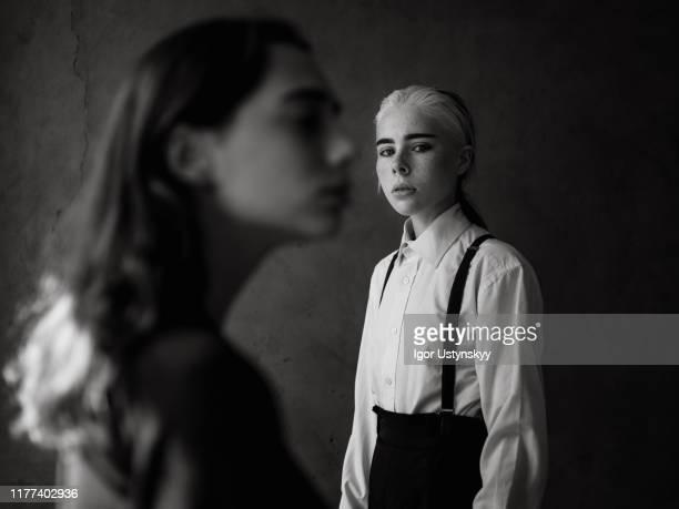 young lesbian couple breaking up - gender role fotografías e imágenes de stock