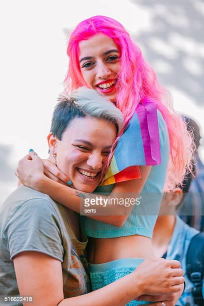 Jovem Casal de lésbicas durante o protesto