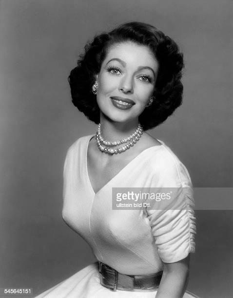 Young Loretta *Schauspielerin USA Halbportrait im weissen Kleid mit Perlenkette undatiert