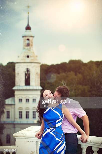 junges liebespaar auf die kirche - erotikbilder stock-fotos und bilder