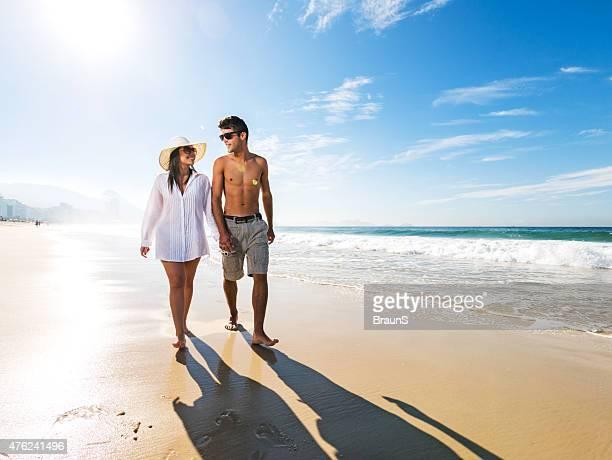 Junges Liebespaar zu Fuß am Strand und die Kommunikation.