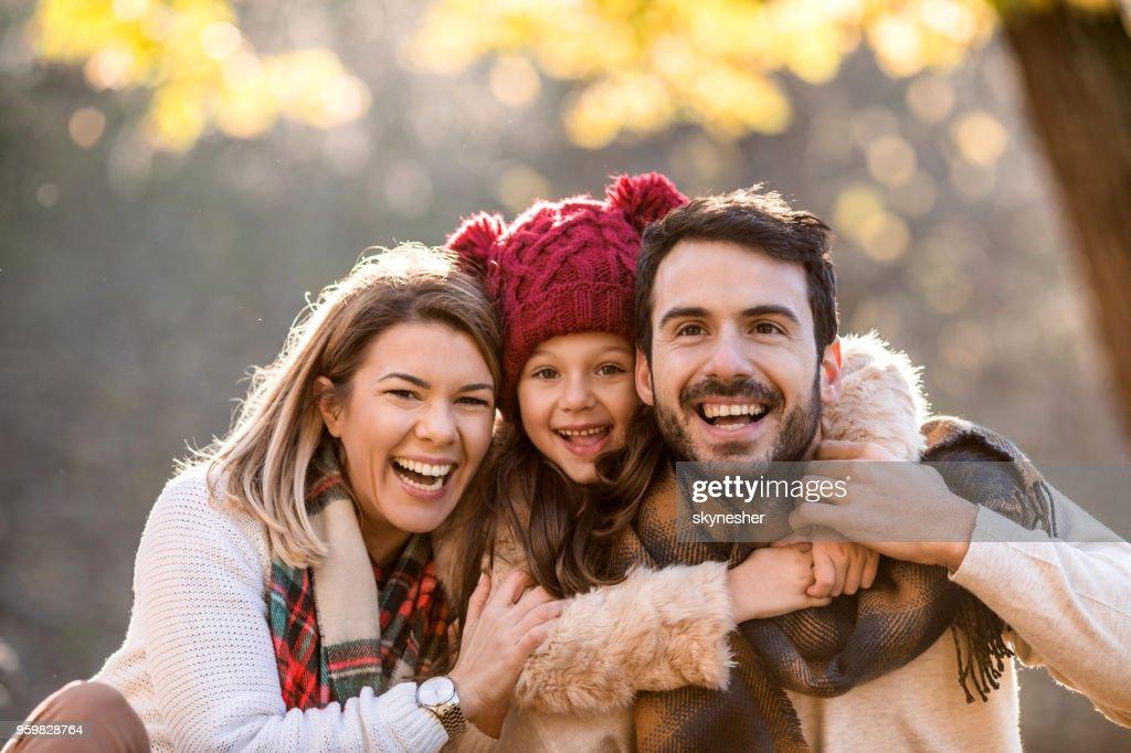 Junge Liebende Familie im Herbst Tag im Park genießen. : Stock-Foto