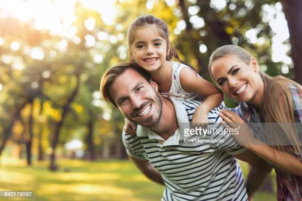 Junge liebevolle Familie Spaß haben im park.