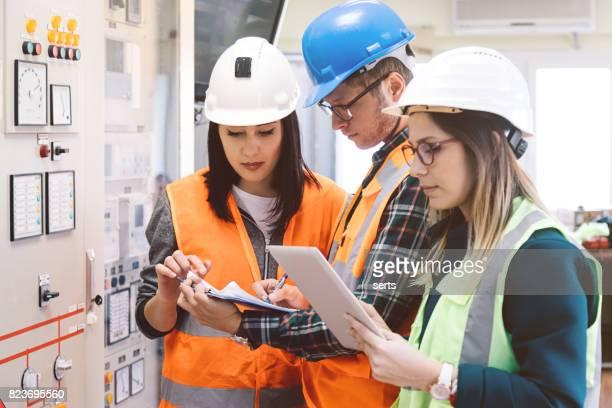 Junge Pflege-Ingenieur-Team arbeiten bei Energie-Kontrollraum