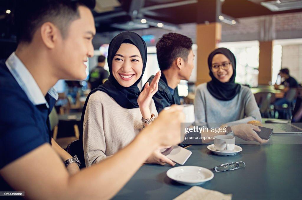 Malaysische Paare reden und Kaffeetrinken in einer cafeteria : Stock-Foto