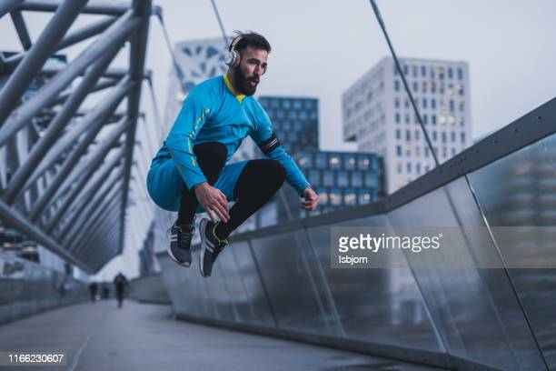 joven adulto saltando al puente. - 22 jump street fotografías e imágenes de stock
