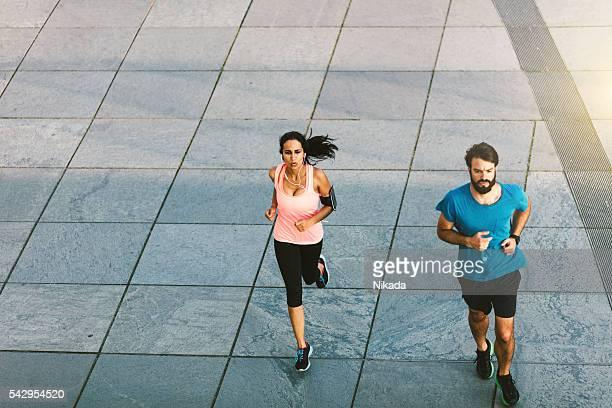 Junge männliche und weibliche laufen