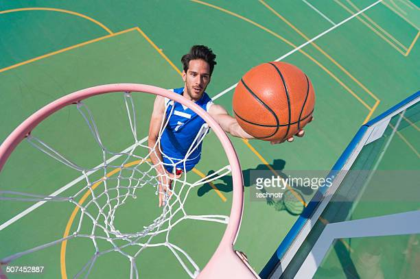 バスケットボール選手若い男性のために、バスケット