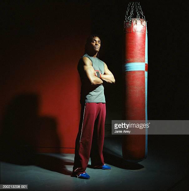Joven boxeador macho con Este punzón bolsa, brazos cruzados, de retratos