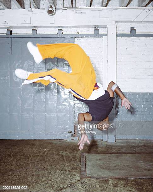 Junge männliche breakdancer einen Salto rückwärts (Bewegungsunschärfe)